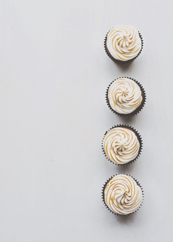 S'more cupcakes | baked goods . Backwaren . pâtisseries | Recipe @ ironchefshellie |