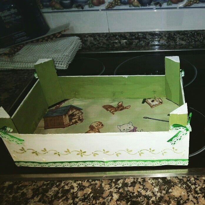 Caja de fresas reciclada y decorada con tela y pintada
