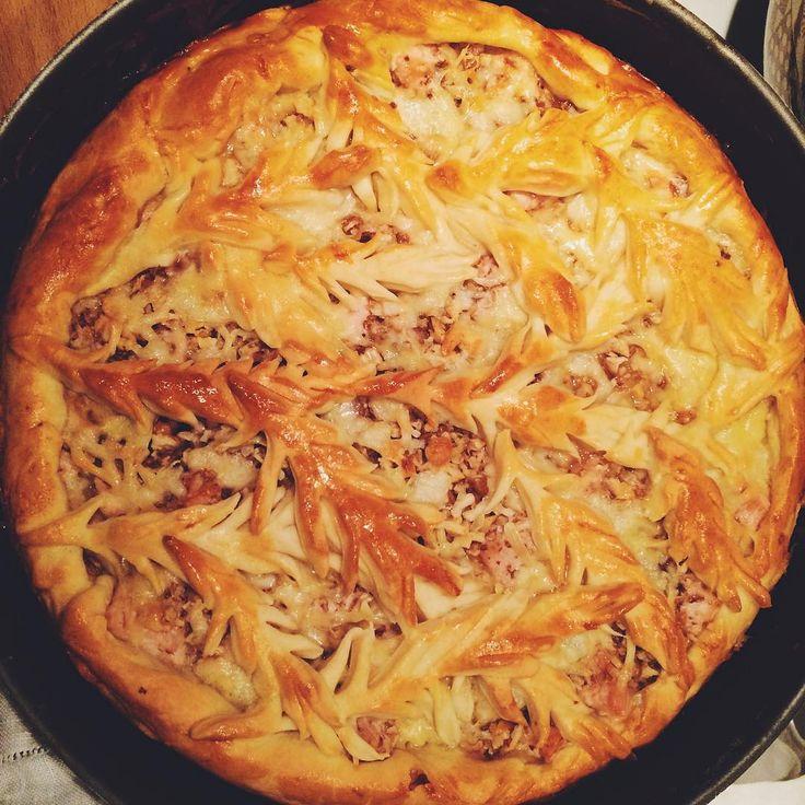 «На этот раз пирог с индейкой, грецким орехом, луком и сливками. Рецепт теста- самый мой наилюбимейший, выстраданный, от литовской прекрасной Баба Каси.…»