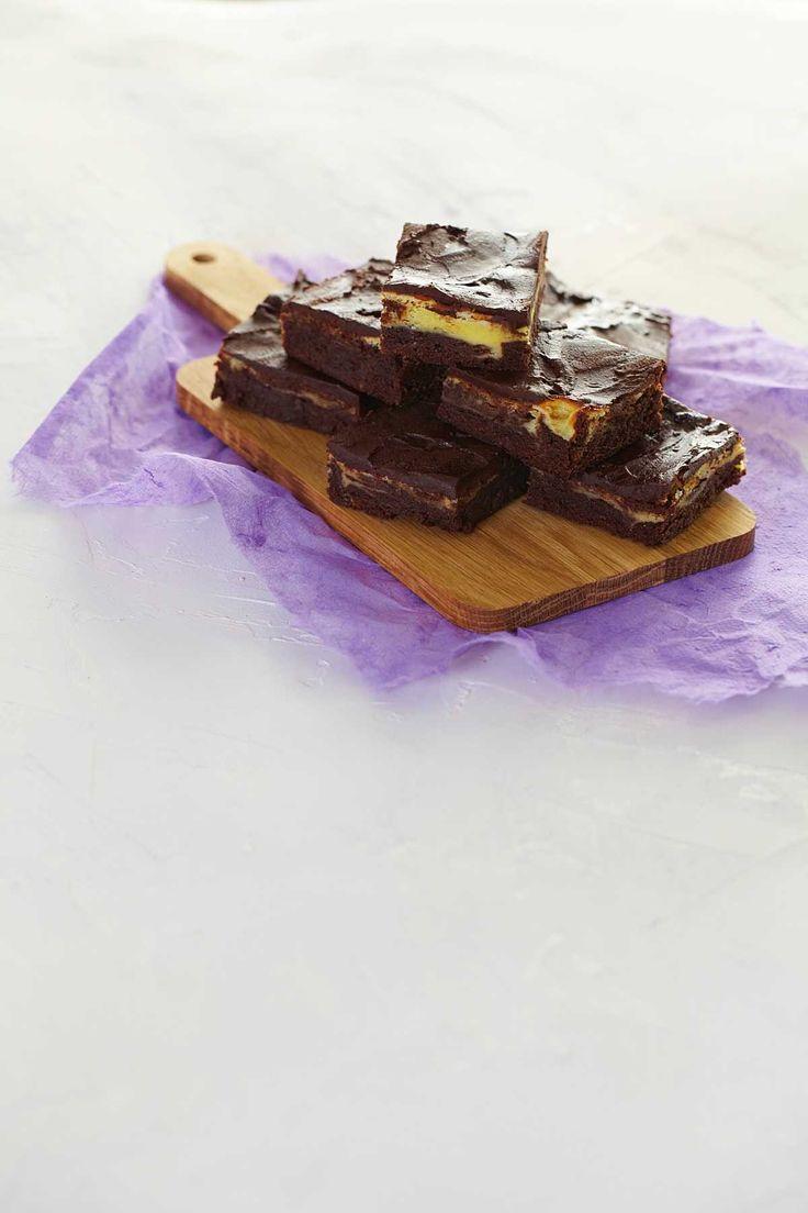 Brownies er opprinnelig en amerikansk sjokoladekake og er karakteristisk med sin sprø utside og karamellaktige innside. Her er oppskrift på utrolig saftige brownies bakt med myk og deilig ostekrem.