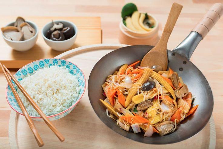 Ένα ελαφρύ stir fry με λαχανικά και ρύζι ατμού είναι πάντοτε μια γρήγορη, νόστιμη και super υγιεινή απάντηση όταν ψάχνετε ένα εύκολο πιάτο που να γίνεται μέσα σε λίγα μόλις λεπτά. Βγάλτε το wok από το ντουλάπι, σοτάρετε καλά και το αποτέλεσμα είναι εγγυημένο. Σκέφτεστε πιο νόστιμο τρόπο να απολαύσετε τα λαχανικά σας τώρα που είναι καλοκαίρι;