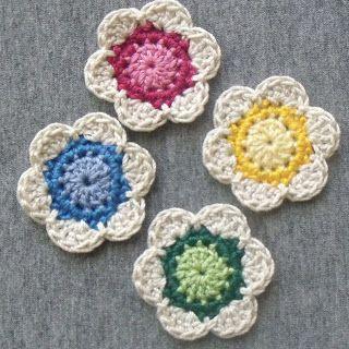 Diva Stitches Crochet Blog: Lil' Cute Crochet Flower. ﻬஐCQஐﻬ #crochet #spring #crochetflowers #flowers  http://www.pinterest.com/CoronaQueen/crochet-leaves-and-flowers-corona/
