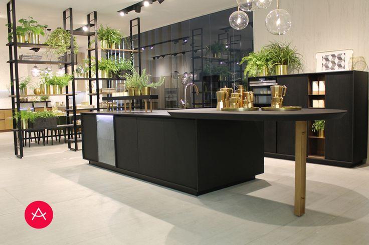 El fénix en color negro combinado con suelo y paredes de microcemento blanco roto nos permite incorporar elementos naturales como las plantas.