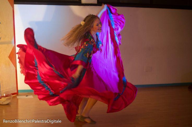 La #gonna vola nel #vento...leggera e colorata...Le danze #gitane! info@spazioaries.it