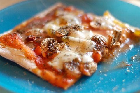Pizza: 1 eenheid yoghurt + 2 eenheden zelfrijzende bloem. 15 min. op 210°C. Klaar!