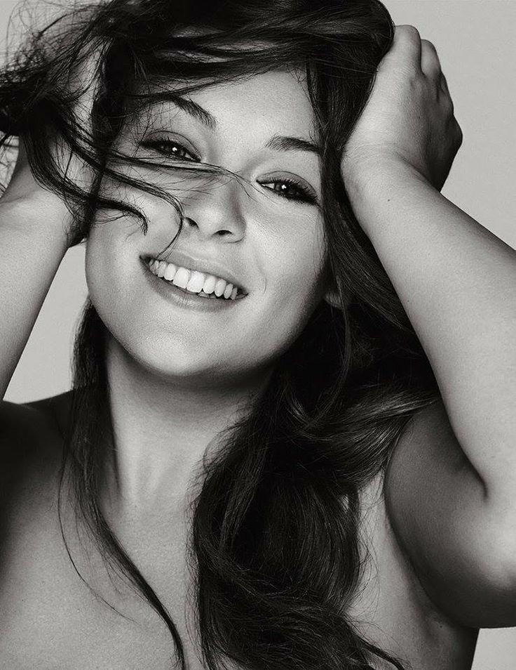 Iris Tinunin, 24 anni, studia Filosofia all'Università di Pisa ed è da sempre appassionata di moda, make up e social network. Ha unito tutte queste sue passioni su: www.stylosophique.com #blogger #iomivestocosì