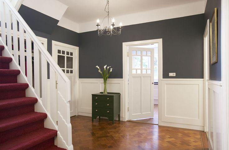 Jaren 30 interieur. Vind de grijze muren met de witte lambrizering helemaal geweldig!