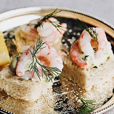 En munsbit till kanapée med hett sting från chilisåsen tabasco. Gör en kräm på majonnäs, lime och finhackad färsk basilika. Lägg krämen på små brödbitar, toppa med räkor och färsk dill. Välj handskalade räkor i lake så går det extra snabbt!