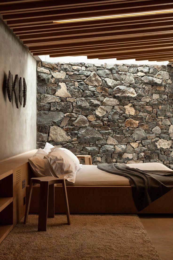 Chambre à l'esprit minéral avec mur de pierres