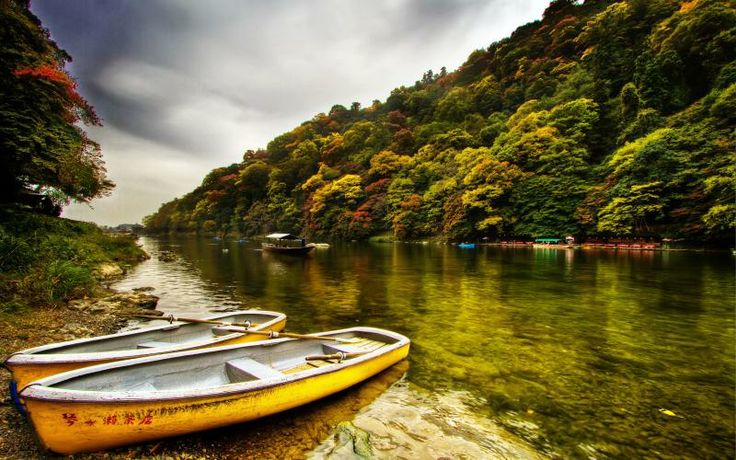 Free HD Wallpapers for your computer: Boats on the banks of the Arashiyama river