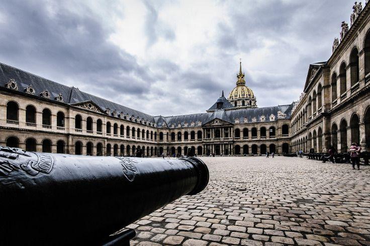Einst für Soldaten mit Kriegsverletzung gebaut, beherbergt der Invalidenpalast Paris heute verschiedene Museen. Ob von innen oder von außen: beim Kurztrip Paris lohnt es sich, dem Hôtel des Invalides einen Besuch abzustatten. Schöne Paris Unterkünfte gibt's bei Travelcircus: https://www.travelcircus.de/staedtereisen-paris #paris #kurztrip #städtetrip