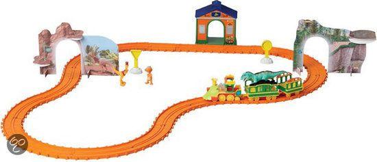 Met deze avontuurlijke speelset kunnen kinderen de wereld van dinosaurussen beleven. Alle Dinosaurus figuren passen in de wagons van de trein. Inhoud van de speelset: 3 verzamelfiguren, 3 stations, 3 wagons en 1,50 m lange rails. Geschikt voor kinderen vanaf 3 jaar.