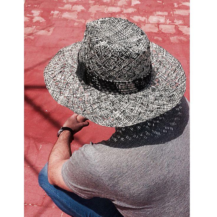 Sombrero para la playa de hombre con caprlina de paja bicolor y decoración en tela y penca