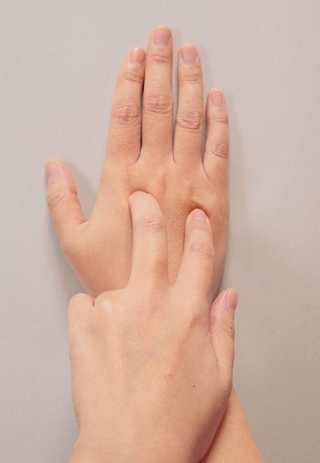 (2)急な腰痛に効果テキメン!<腰腿点 ようたいてん> 腰腿点 急な腰痛には、中指と人差し指の骨の交差点と、薬指と小指の骨の交差点にある腰腿点を押そう。この2点を同時に刺激するのは、直接腰を揉むよりも、効果があるともいわれている。