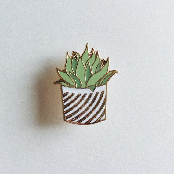 Cet or plaqué, dur émail belle petite plante pin est lédition parfaite à anyones épingle de jeu. Cette broche serait une belle pièce pour pimenter