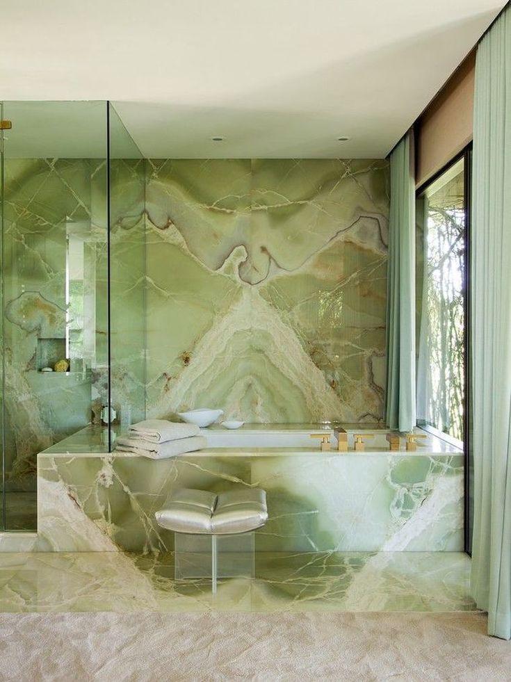 La déco salle de bain marbre vert, c'est tendance. Est-ce une bonne idée pour votre maison ?