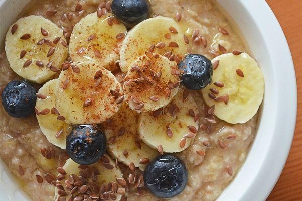 Egészséges reggeli: csokis-banános zabkása