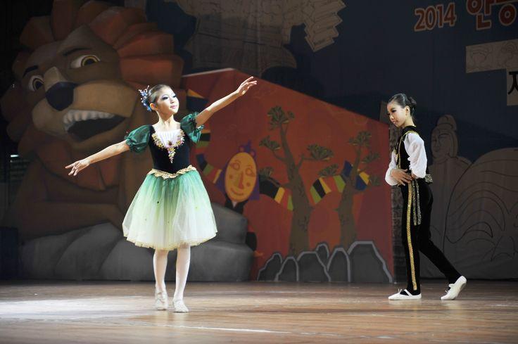 탈춤축제장_경연무대_어린이 무용단 공연모습(2014. 10. 2.)
