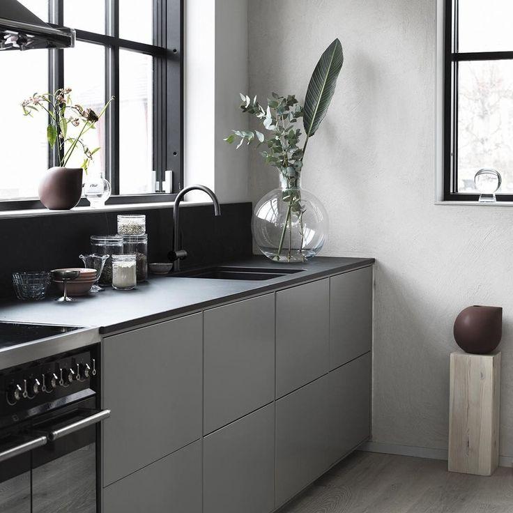 Ett varmgrått kök med System 10 och luckan Bistro, bänkskiva keyla