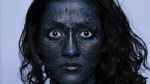"""LAS DIOSAS MÁS CONOCIDAS DEL HINDUISMO """"En la corriente hinduista impersonal, dios es denominado Brahman y se muestra tanto en la forma masculina como en la femenina. Igual que el aspecto masculino se manifiesta en varios dioses diferentes, también lo hace el aspecto femenino. Esta forma femenina se llama Diosa Madre o Shakti, cuyo nombre también significa """"poder"""" o """"energía""""."""