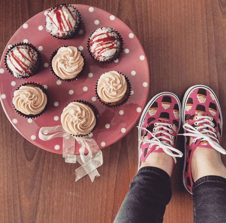 #1 Cupcake al cioccolato bianco con cuore di marmellata di fragole e frosting al mascarpone e fragole #2 Cupcake al cioccolato bianco con cuore al caramello e frosting mascarpone e caramello