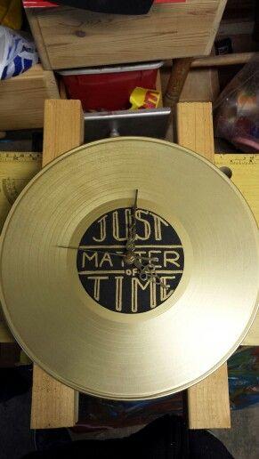 Oude elpee, oud uurwerk, beetje gouden sprayverf, zwart papier en een goudstift.  Tada klaar!