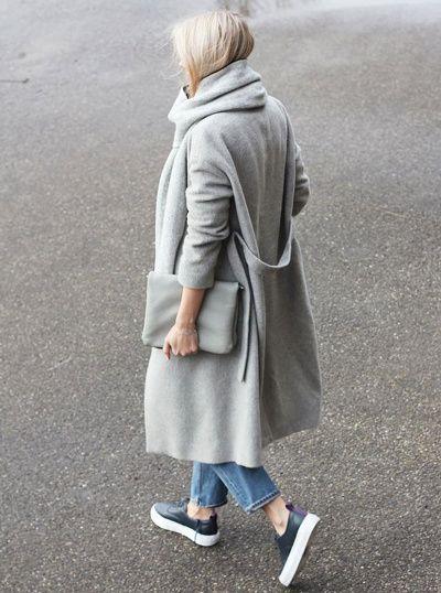 Long manteau gris + jean 7/8 + tennis à épaisses semelles = le bon look douillet/urbain du moment