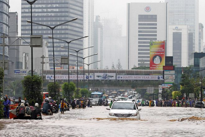 Floods regularly hit parts of Jakarta in the rainy season, but Thursday's (17/1/13) inundation following an intense rain storm appeared especially widespread | © Achmad Ibrahim | Associated Press