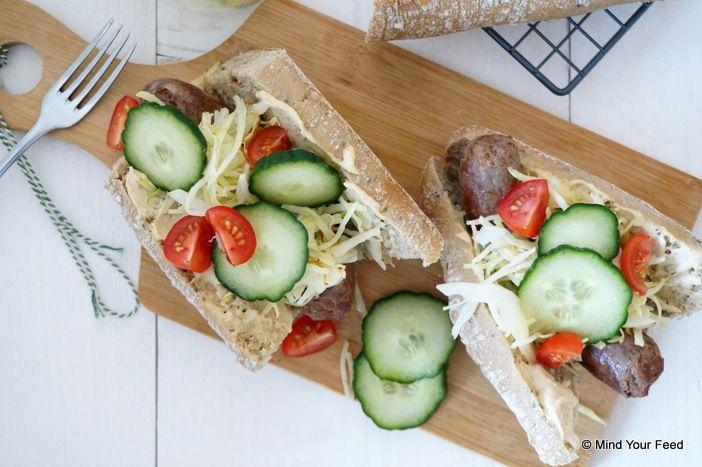 Speltbroodje runderbraadworst met witte kool en hummus. Hummus maken van courgette of rode biet, zie recept op hapjes paleo  En met deze aanpassingen is het een gezonde, gemakkelijke lunch!