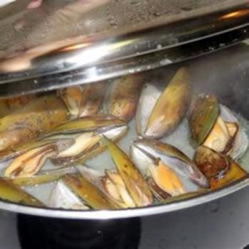 Mussels Mariniere:  Hotpot, Recipes Food, Seafood Recipes, Cooking Mussels, Mussels Mariniere, Food And Drinks, Favorite Recipes, Hot Pots, Food Drinks