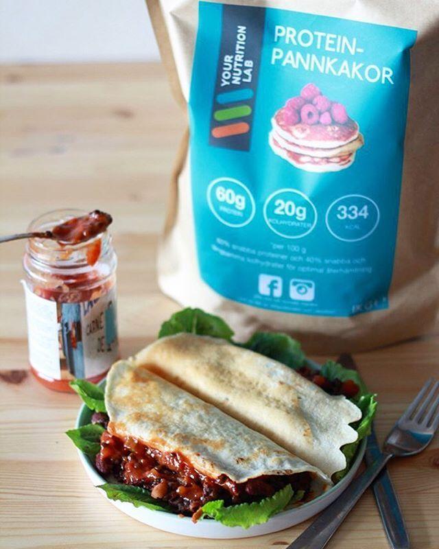 P R O T E I N P A N N K A K O R är perfekt till lunch eller middag (och dessutom frukost eller efterrätt)! 😋 Dessa är tacos inspirerade med fyllning av bönor och linser och härliga mexikanska kryddor. Proteinrikt, gott och vegetariskt 👌🏼 Pannkakorna innehåller hela 60% protein från mjölk och är dessutom rika på nyttigt fiber. De är glutenfria.  #pannkakor #recept #proteinpulver #blandasjälv #nyttigtochgott #träning #styrkelyft #träningsglädje #viktminskning #viktresa