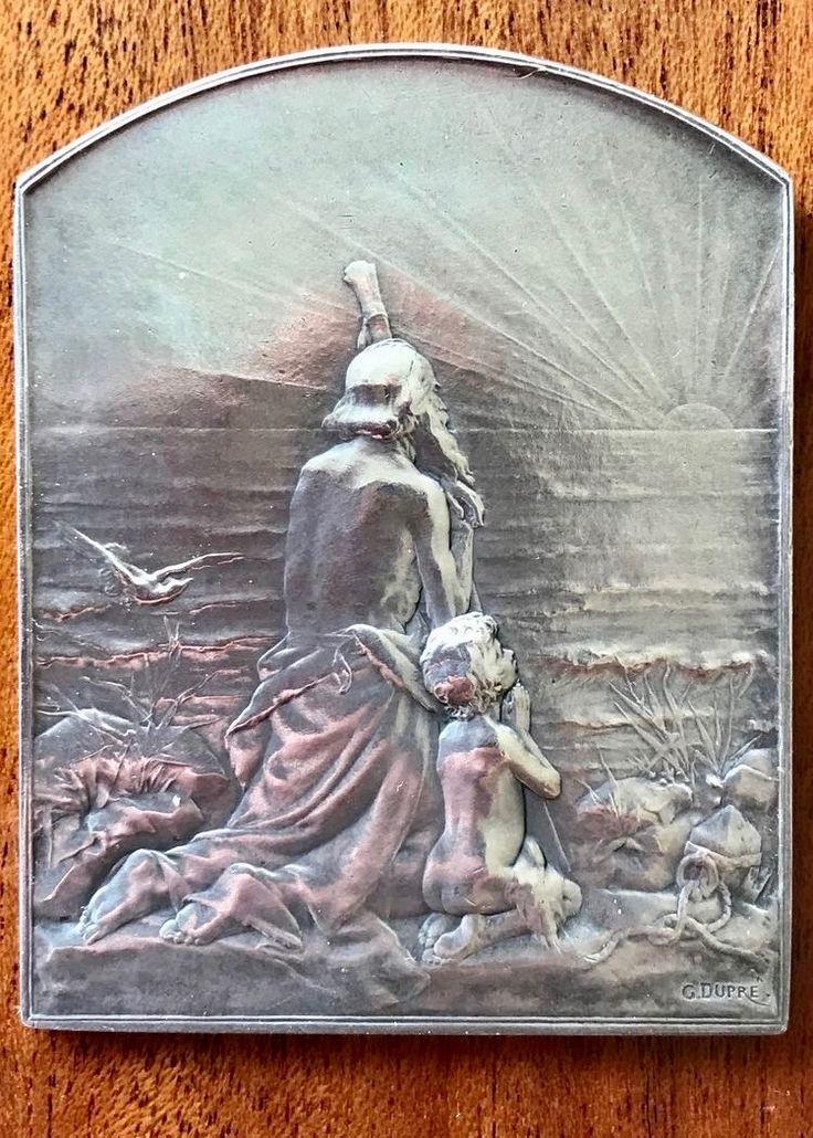 """GEORGES DUPRÉ - 1869 - 1909 , Silberplakette """" SALUT AU SOLEIL """" . Auf der 2. Seite ( noch als Nachbarpin ) mutmachender Vierzeiler als Auszug aus """" Le vallon """" von ALPHONSE DE LAMARTIN - 1790-1869 ."""