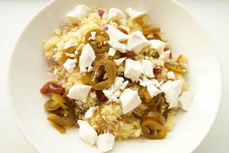 Recept: Couscous met dadels, groene pepers en witte kaas
