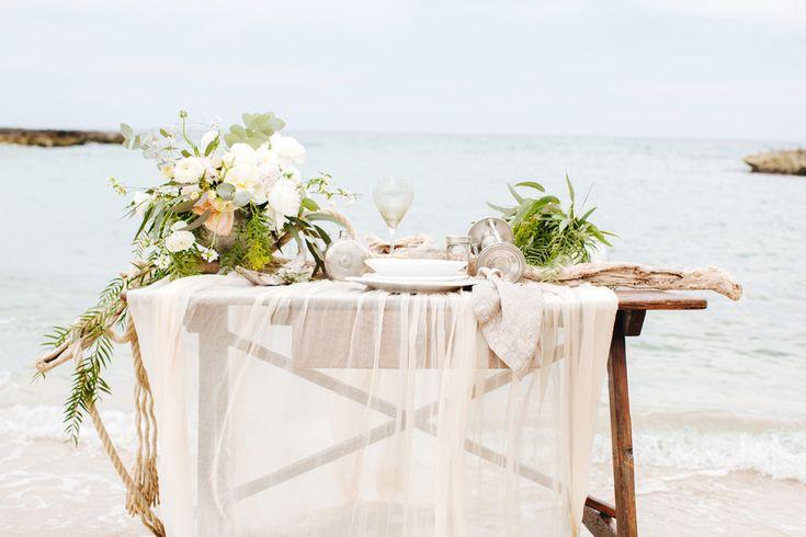 http://www.couturehayez.com/blog/wedding-in-puglia-ispirazione-boho-chic-per-la-sposa-che-sogna-una-festa-di-nozze-in-riva-al-mare/ foto Les Amis Photo allestiment tavoli spiaggia, matrimonio sulla spisaggia, colori per allestimento tavoli matrimonio al mare
