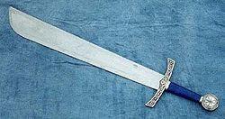 """Bracamante - Wikipedia, la enciclopedia libreEl bracamarte o bracamante fue una espada, empleada en la Edad Media, de un solo filo y curvada en la parte superior, cerca de la punta. En inglés, falchion (falcata), utilizadas en el reino castellano-leonés en la Edad Media. Falcione es en italiano. En castellano antiguo recibía el nombre de cuytelo, o sea, """"cuchillo"""", simplemente"""
