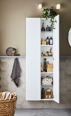 Ett bra och snyggt badrum, Simple, i vitt. Inred ditt badrum smart och prisvärt. Blanda lådor, högskåp, hyllor så att det passar just dina behov. Badrumsserie från Ballingslöv.
