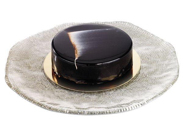Le Criollo  Biscuit au chocolat et vanille bourbon de Madagascar, crème ganache chocolat noir pur cacao.  Le gâteau des grands amateur de chocolat.   www.stohrer.fr