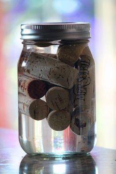 Wine Cork Fire Starters and other cork ideas; soak corks in alcohol for use as a fire starter . CORCHOS / deposítalos en un contenedor con alcohol, y úsalos como iniciadores de fuego apra tu próxima parrillada