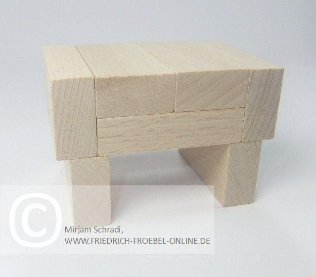 Hocker aus Holzbausteinen natur mit Spielgaben nach Froebel (Spielgabe 4)