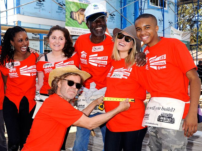 Star Tracks: Monday, October 27, 2014   HOME SWEET HOME   Mom-to-be Kristen Bell joins forces with Shameless stars Shanola Hampton, Emma Kenney and William H. Macy as well as House of Lies costars Glynn Turman and Donis Leonard Jr. to volunteer with Habitat For Humanity Saturday in Lynwood, California.