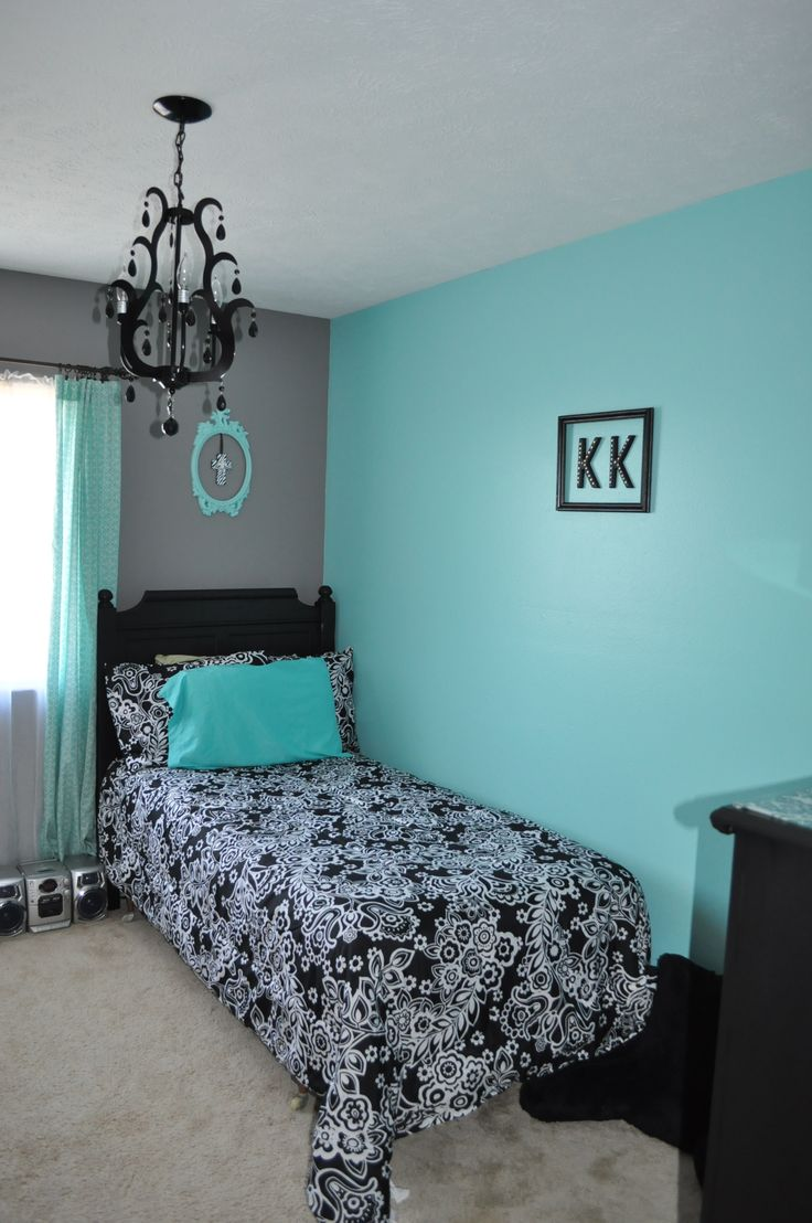 I'm thinking of aqua walls, black furniture and a black/white bed spread. Oh, and my bed is white, and the closet doors and bedroom door will be white. I'm thinking it will work, after seeing this room.
