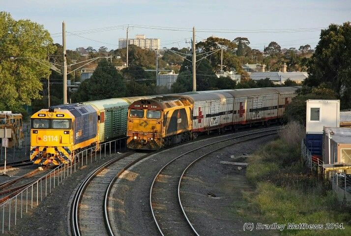 Passing trains ar Spotwood Australia