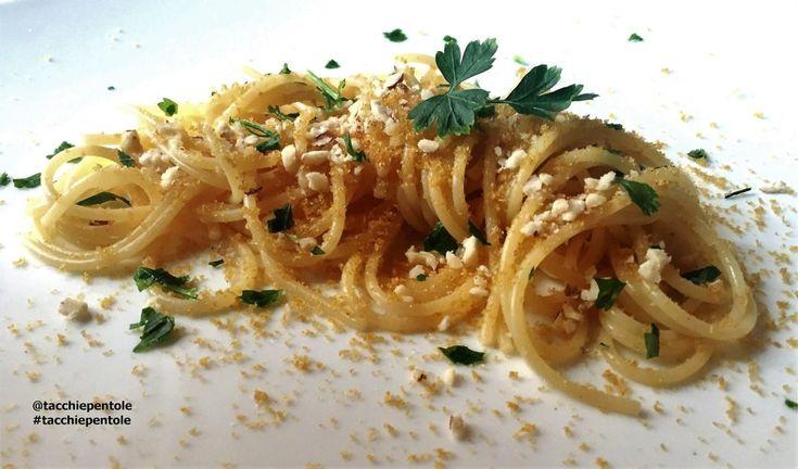 SPAGHETTI CON BOTTARGA DI MUGGINE E NOCCIOLE Ingredienti per 4 persone: 400 g di spaghetti 80 g di bottarga di muggine 50 g di nocciole sgusciate 2 spicchi d'aglio Olio evo q.b Prezzemolo q.b Sale e pepe q.b Procedimento: Sbucciate e tritate l'aglio, tritate il prezzemolo, grattugiate la bottarga e tritate le nocciole. Fate rosolare l'aglio il una casseruola, con 4 cucchiai di olio, unitevi le nocciole e fatele tostare leggermente, quindi cospargete con il prezzemolo tritato e spegnete il…