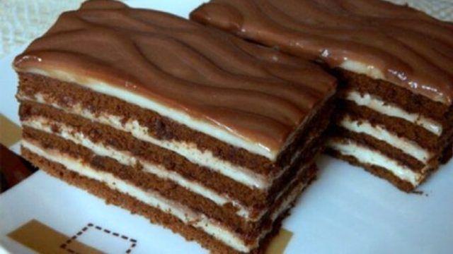 Smetanové řezy bez pečení       Balení čokoládových sušenek ,1l mléka, 100 g škrobu, nebo 100 g hladké mouky,4 lžíce cukru,150 g bílé čokolády,250 g másla Čokoládová poleva:200 g mléčné čokolády ,5 lžic mléka ,3 lžíce cukru     150 g másla Střídat sušenky a bílý krém, navrch čokol.polevu