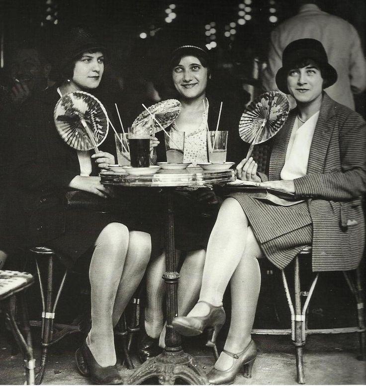 Robe ann es 20 trois jeune femmes la terrasse d 39 un caf for Les terrasses parisiennes