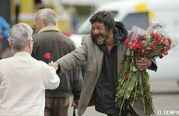 En Bogotá, un habitante de calle recogió las flores que desecharon en la plaza de 'Paloquemao' y comenzo a regalarlas mientras sonreía a las mujeres ❤