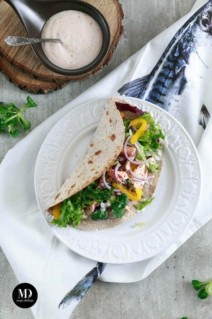 Pełnoziarnista tortilla z łososiem, papryką, czerwoną cebulą i mieszanką sałat. Polana lekkim sosem z jogurtu naturalnego, słodkiej papryki i czosnku. // Whole wheat tortilla with salmon, bell pepper, red onion and mix of salads. With light yogurt sauce.  #fit #healthy #food #foodporn #photography #healthyfood #salmon #dinner #obiad #kolacja