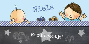 Stoer langwerpig geboortekaartje voor een 2e kindje met grote broer en baby jongetje. Krijtbord met blauw geruite strook en autootjes.