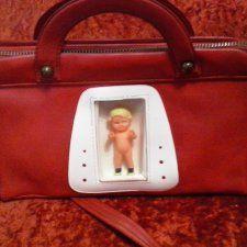 Детская сумка производства ГДР времён СССР. Сумка красная, со следами времени, в целом состояние хорошее, молния исправна, пупсик состояние нового.