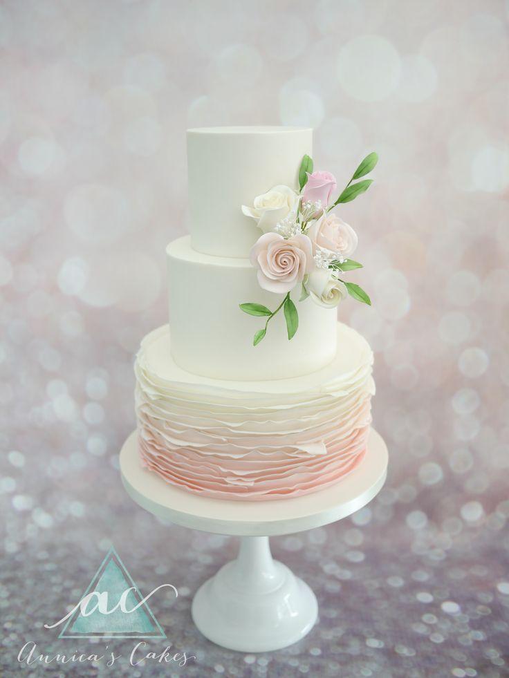 Weddingcake blush and sugar roses  Bruidstaart ombre zacht roze ruches en rozen